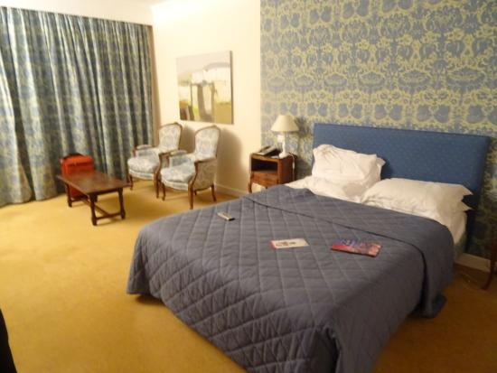 Le Mas d'Artigny & Spa : Large room but very outdated