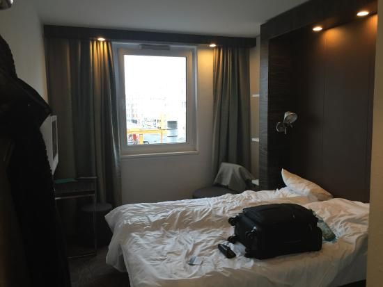 Motel One Nuernberg-Plaerrer: Room 215 (next to elevator)