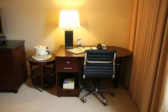 Doubletree by Hilton Hotel Tarrytown: Guest Room Desk