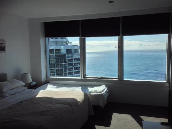 kamar tidur dengan pemandangan luar yang indah picture