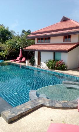 Laem Set, Tailandia: swimming pool and villa from beach view