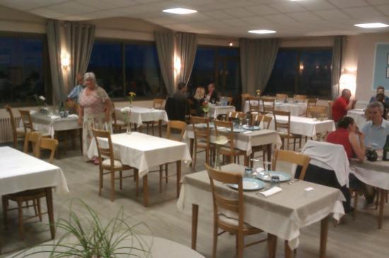 Hôtel Le Bretagne : Spacious Dining Room