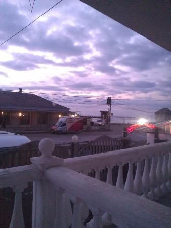 Prymorskyy: Вид с балкона через трассу в сторону пляжа и Феодосии