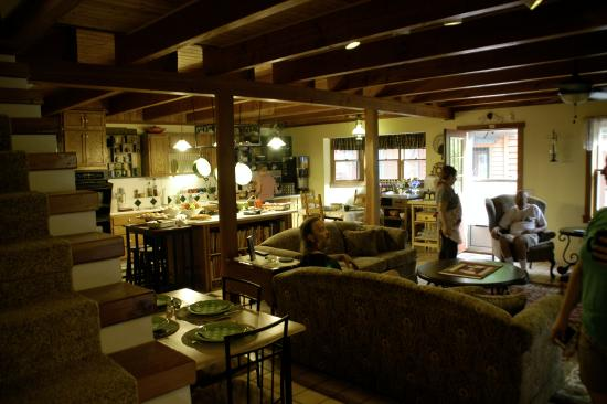 Mountain Harbour Bed and Breakfast: kitchen and dining area