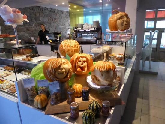 Auberge de la Place Royale: Halloween carvings