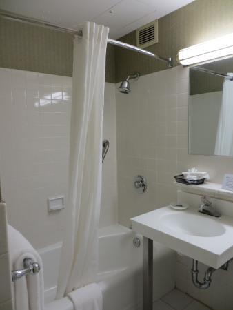 Bathroom picture of best western plus robert treat hotel for Best western bathrooms