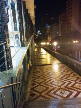 Everest Porto Alegre Hotel: vista noturna da área externa