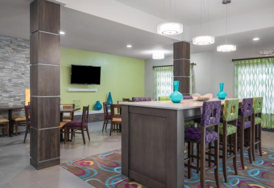 Holiday Inn Express Ames: Breakfast Area / Lounge