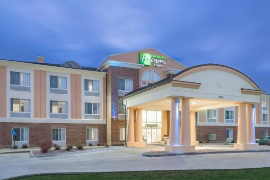 Holiday Inn Express Ames: Hotel Exterior
