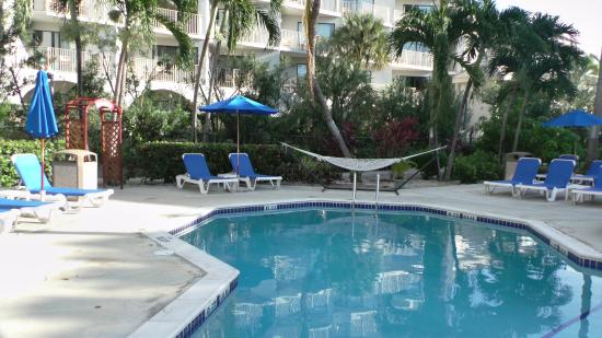 Comfort Suites Seven Mile Beach: relaxing pool
