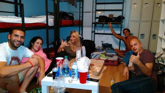 Amigos En La Habitaci N Del Hostel Picture Of Bikini Hostel Cafe Beer Garden Miami Beach