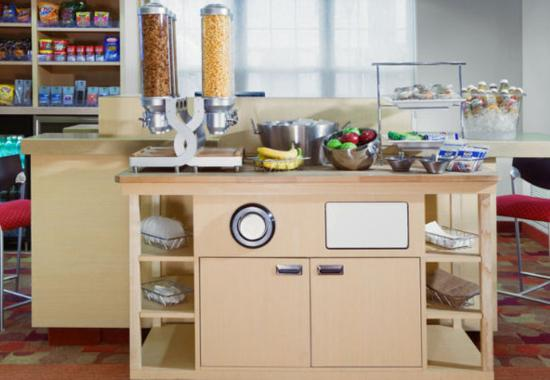 TownePlace Suites Boston Tewksbury/Andover : Breakfast Bar