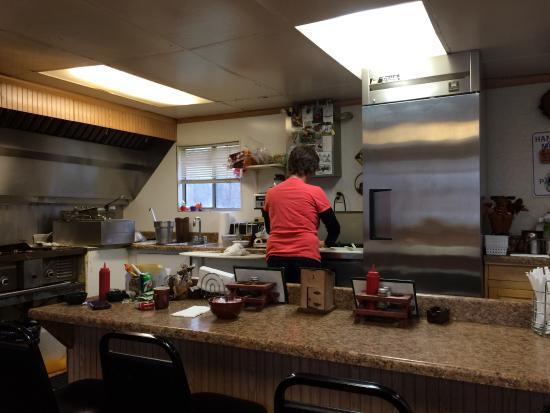Smith River, كاليفورنيا: Vonda making my breakfast