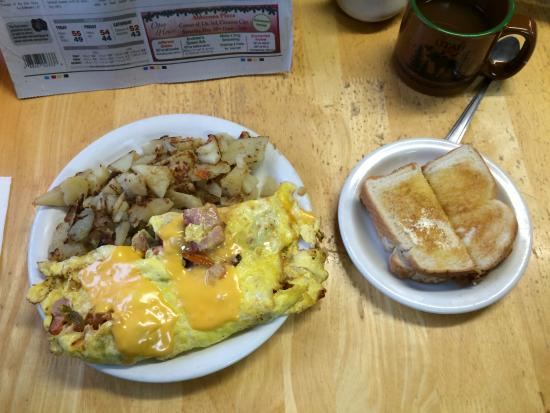Smith River, Californië: Denver omelet with sourdough toast and coffee
