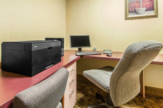 Comfort Suites Airport: Business Center