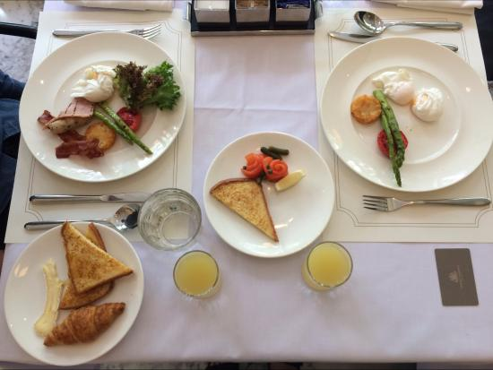 Oriental Residence Bangkok: Buffet breakfast at Cafe Claire