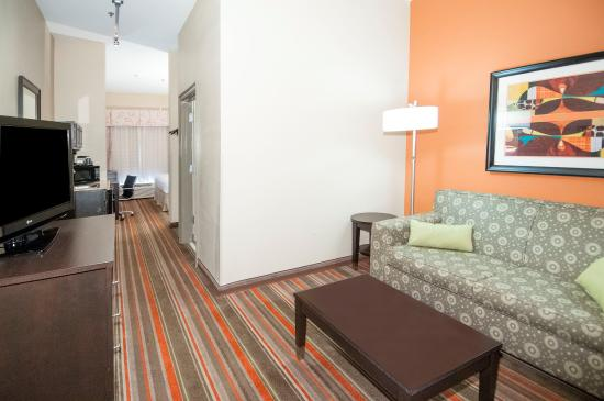 Holiday Inn Opelousas: King Suite Living Room Area
