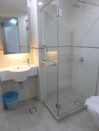 Tune Hotel Waterfront Kuching: Small bathroom