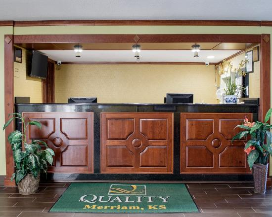 Quality Inn Merriam: Front Desk