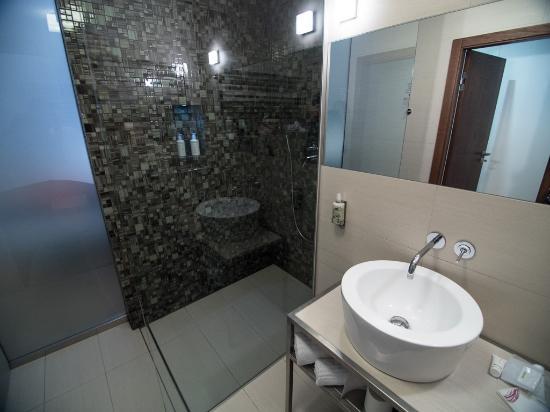 Sauberes, stylisches Badezimmer - Bild von Mosaic House, Prag ...