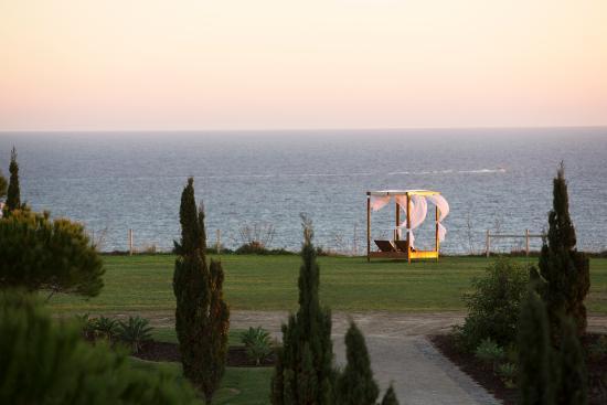 Cascade Wellness & Lifestyle Resort: Sun beds by the sea