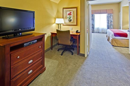 Hurst, Teksas: Two Room King Suite with (2) 32' TVs