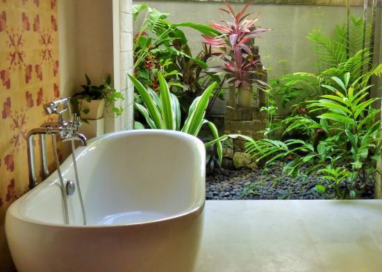 Sudamala Suites & Villas: Bath (Studio)
