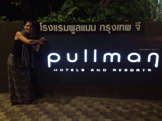 Pullman Bangkok Hotel G: Logo na entrada do Hotel