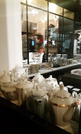 Cucina a vista, vetri, specchi, dettagli curati - Picture of ...