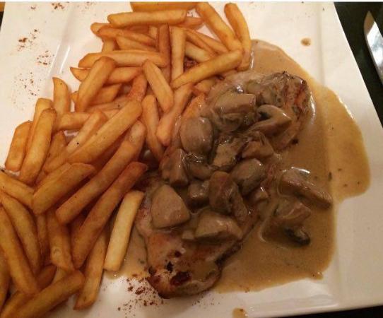 Escalope de veau a la creme aux champignons avec frites foto di la charmille strasburgo - Rognons de veau a la creme ...