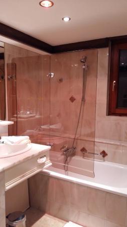 Alpenkönig Tirol Hotel: Changing lights in Bathroom