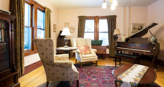 Keene Valley, NY: Cozy up in the music room