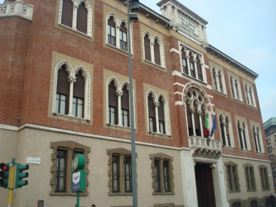 Monumento a giuseppe verdi in piazza buonarroti foto di for Piani perfetti per la casa di riposo