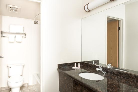 Super 8 Salina/Scenic Hills Area: Bathroom