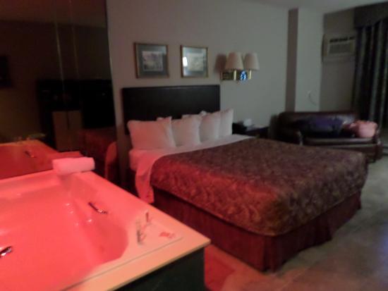 """Econo Lodge Brossard: La chambre 409 en niveau -1 lors du 1er arrêt. Je n'ai jamais trouvé le """"bouton à bulles"""" pour i"""