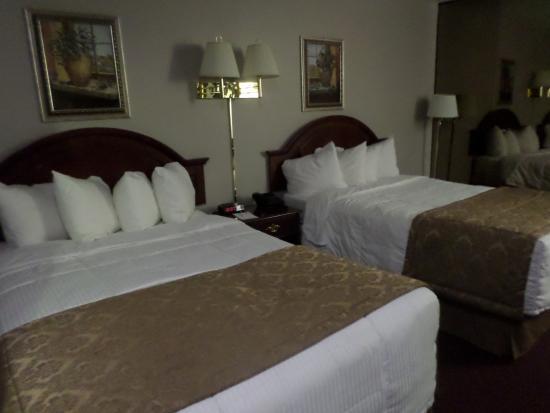 Econo Lodge Brossard: Ma chambre 9 du second passage par rapport au circuit.