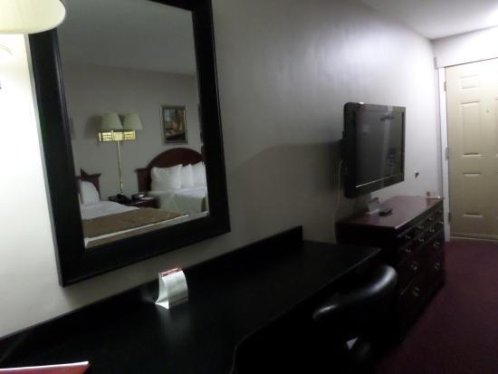 Econo Lodge Brossard: Bureau, grande glace et éccran plat TV;