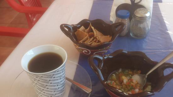The Little Hot Grill: Nachos, salsa and coffee