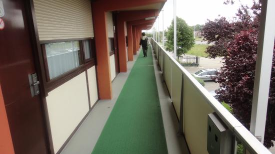 Campanile Hotel Eindhoven: Balconata d'accesso alle varie camere
