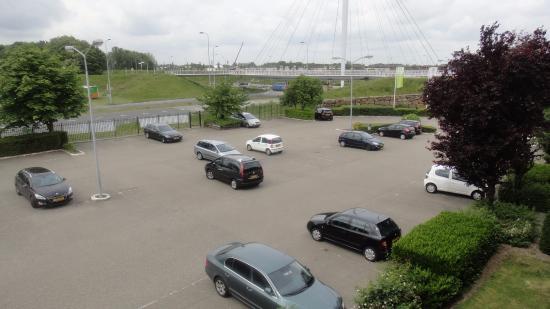 Campanile Hotel Eindhoven: Parcheggio antistante l'albergo