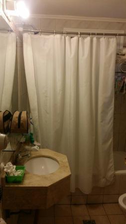 Hotel Ritz : Baño con óxido,  antiguo.