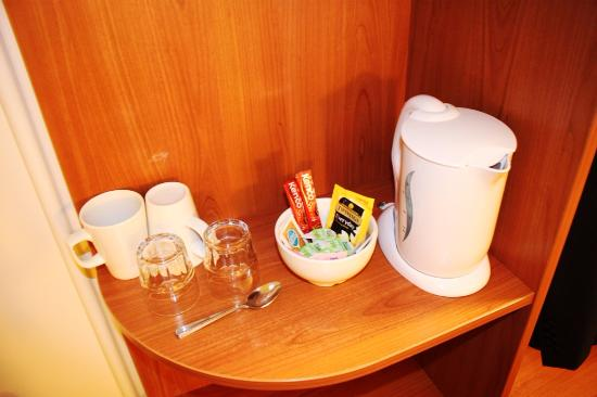 Premier Inn Wakefield South (M1, Jct39) Hotel : Tea making facilities set up for a single room.; no biscuits!!