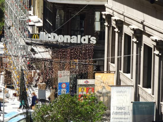 Hostal Casa Bueno: Mc Donalds en la esquina