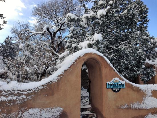 Pueblo Bonito Bed and Breakfast Inn: Winter enchantment at Inn at Pueblo Bonito- Santa Fe, NM.