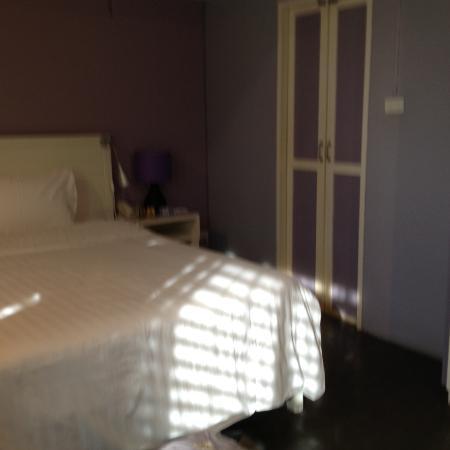 Lilac Relax-Residence : Номер и узкая дверь в туалет
