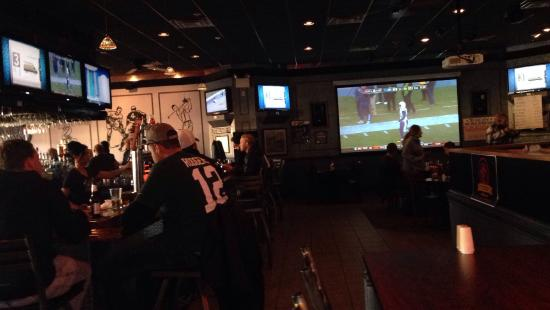 Wind Gap, Pensilvania: Plenty of tvs to enjoy the games....