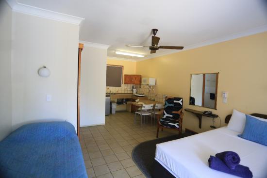 Paradise Court Holiday Units: Room