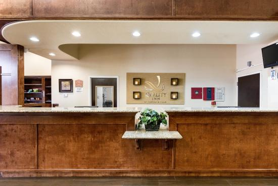 Quality Suites: Front Desk