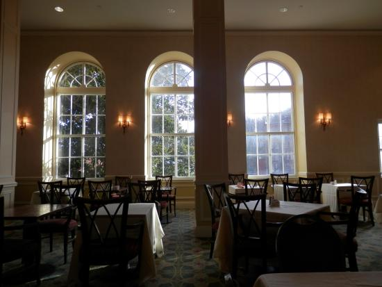 Staunton, VA: Breakfast Dining Room.....very large well appointed