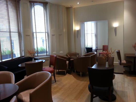 Kensington House Hotel: Breakfast/bar area
